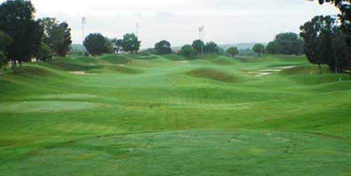 A golf course in Orna Golf & Country Club